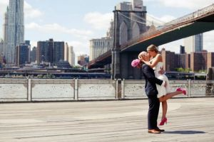 Heiraten in New York - Brautpaar im Hintergrund die Skyline New York und die Brooklyn Bridge